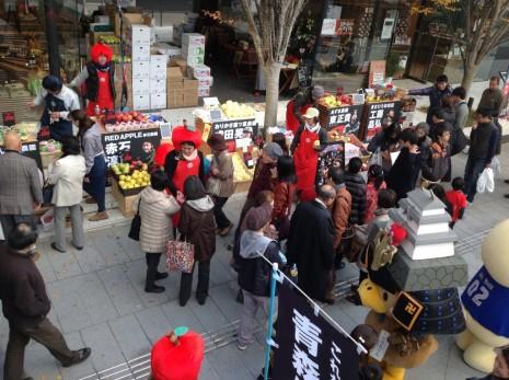 たか丸くんも応援に駆け付けた、昨年12月の大阪でのリンゴ販売会