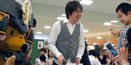 たか丸くん(左)と一緒に子どもたちと触れ合う妹尾昭吾さん(中央)