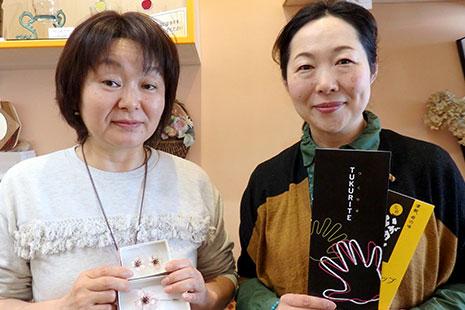 ビーズアクセサリー職人の髙野晋子さん(左)とスタッフの工藤みづきさん(右)