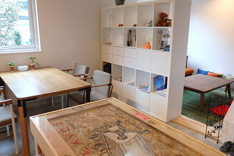 テーブル席、ソファーテーブル席も設置する店内