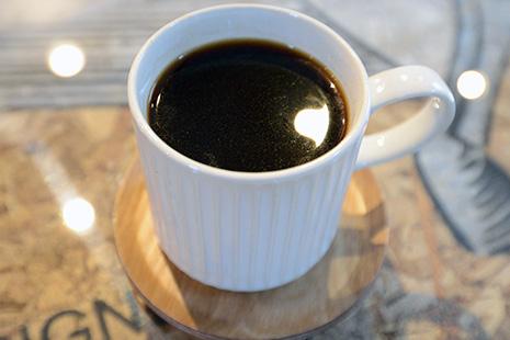 丁寧にドリップするコーヒー