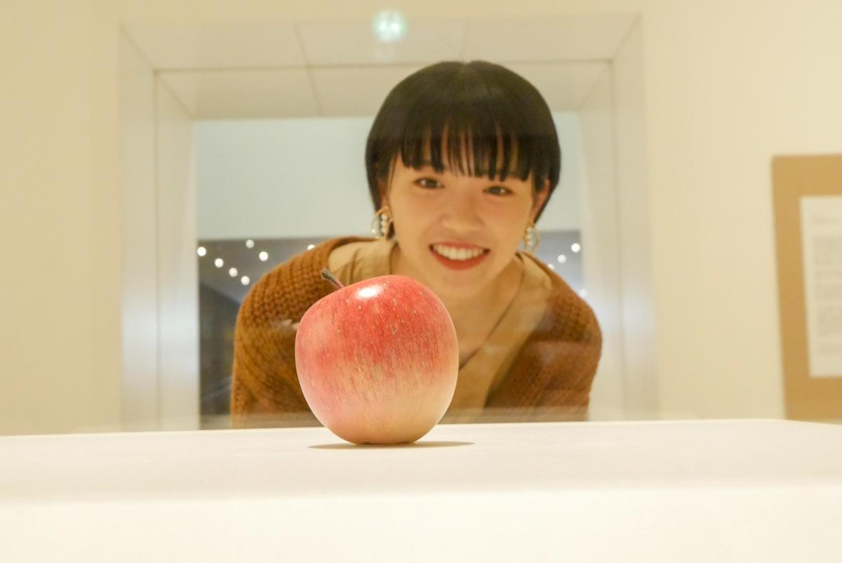 芸術品として見るりんご、を見るりんご娘