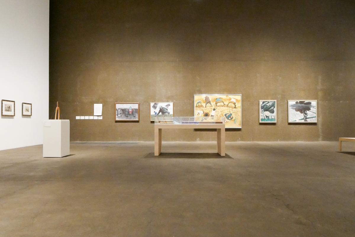絵画や書籍が並ぶセクション2展示エリア