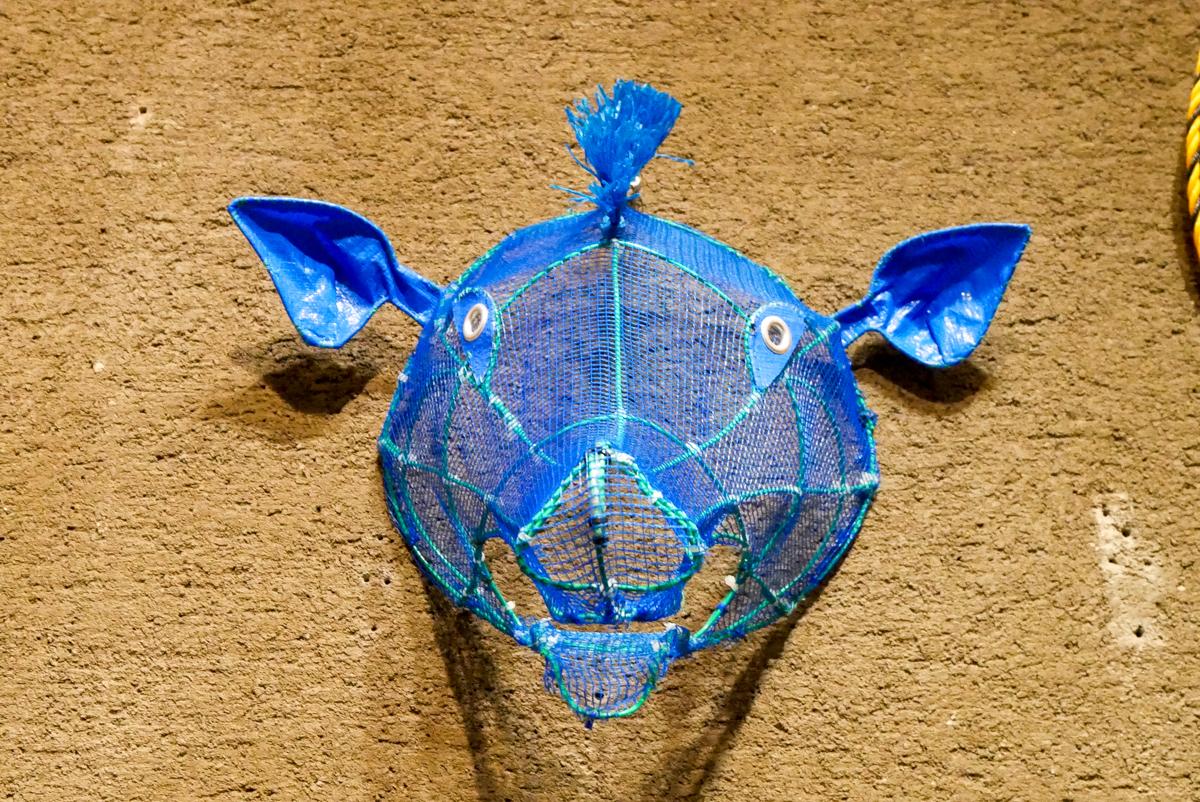 ネットやブルーシートで作られた豚?