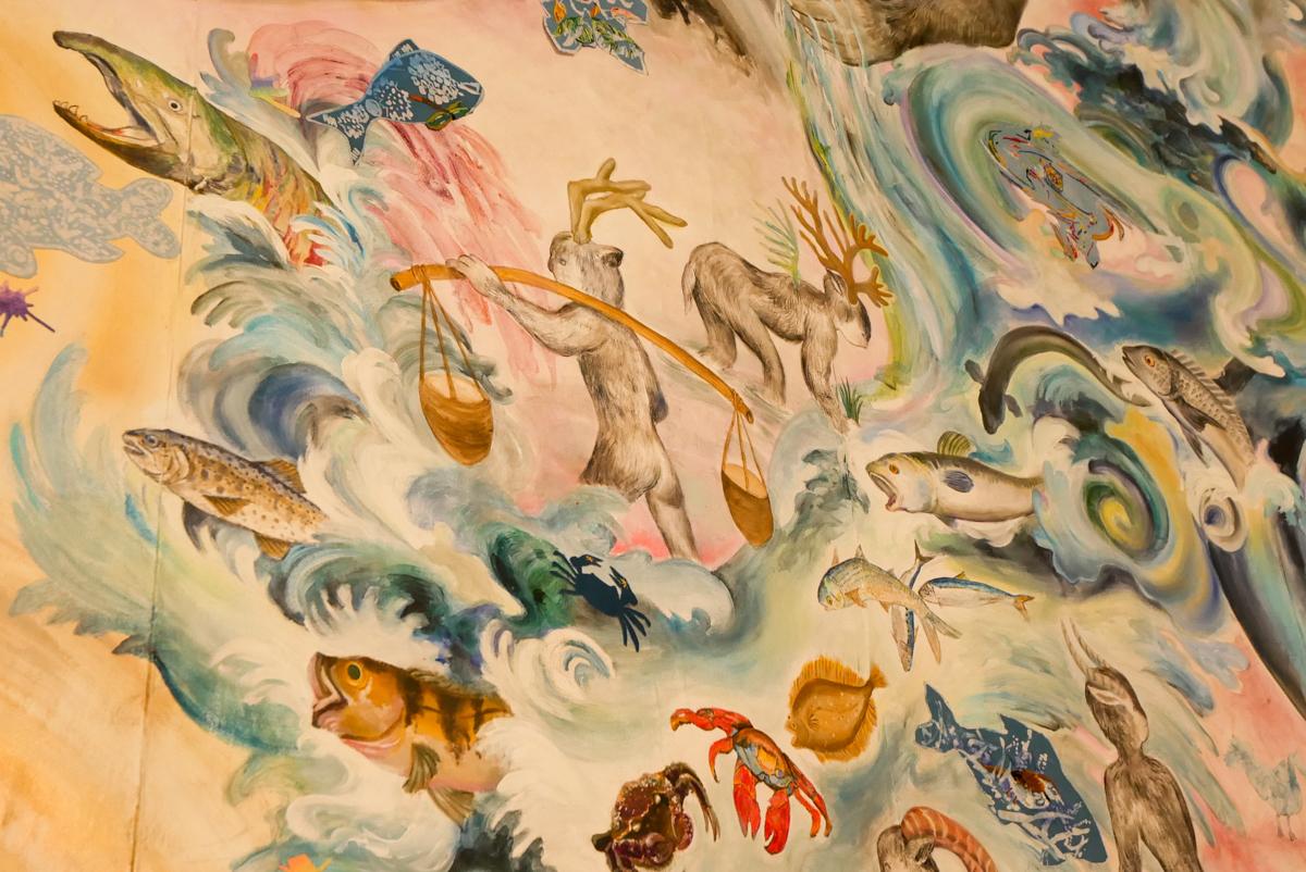 アクリル絵の具や藍染の他、米を原料にした絵の具も使って描かれている